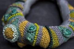 Feito a mão fazer crochê o bracelete Imagem de Stock