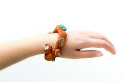 Feito a mão fazer crochê o bracelete Fotografia de Stock