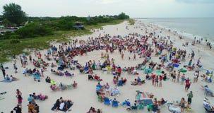 Feito: Multidão da praia video estoque