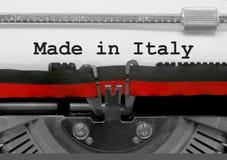Feito no texto de Itália pela máquina de escrever velha no Livro Branco fotos de stock