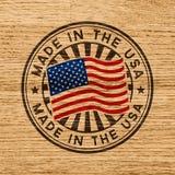 Feito nos EUA Selo no fundo de madeira ilustração stock