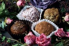 Feito pelo alimento saudável dos doces crus das mãos Imagens de Stock Royalty Free