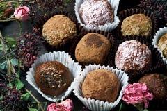 Feito pelo alimento saudável dos doces crus das mãos Fotos de Stock Royalty Free
