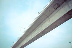 Feixe concreto da ponte excedente da passagem com fundo do céu Foto de Stock