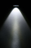 Feixe da lanterna elétrica do diodo emissor de luz no papel. fotografia de stock