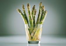 Feixe do aspargo em um vidro foto de stock royalty free