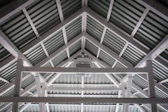 Feixes brancos da construção de um grande miradouro no lago Telhado louco imagens de stock