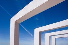 Feixes concretos brancos contra o céu azul Foto de Stock