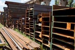 Feixes de aço inoxidável depositados nas pilhas Foto de Stock