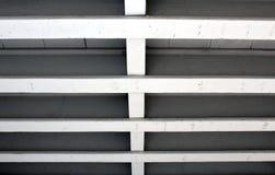 Feixes de apoio concretos paralelos sob uma ponte Foto de Stock