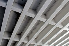 Feixes de apoio feitos do concreto sob uma ponte Imagens de Stock Royalty Free