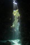 Feixes de luz na caverna subaquática Fotos de Stock Royalty Free