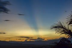 Feixes de luz que cruzam o céu fotos de stock