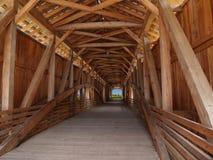 Feixes de madeira para dentro de uma ponte coberta Foto de Stock Royalty Free