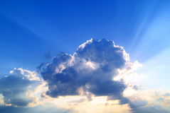 Feixes de Sun atrás de uma nuvem Imagem de Stock