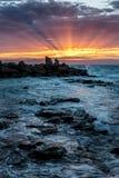 Feixes de Sun na baía de Opollo, grande parque nacional de Otway, Victoria, Austrália foto de stock