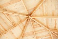 Feixes de telhado interiores em um struct de madeira Imagens de Stock