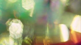 Feixes luminosos do estilo 60s holográfico colorido que movem-se aleatoriamente na obscuridade vídeos de arquivo