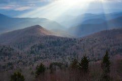 Feixes luminosos Mystical das montanhas de North Carolina foto de stock