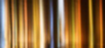 Feixes luminosos na água na noite, fundo abstrato imagem de stock
