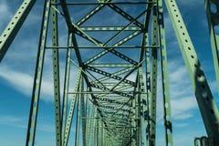 Feixes verdes do metal da ponte da ponte de Astoria - de Megler em Astoria, Oregon, EUA imagens de stock