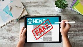 Fejka begreppet för teknologi för internet för affären för tidningen för desinformation för TV för nyheternabehandligsmassmedia royaltyfri bild