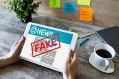 Fejka begreppet för teknologi för internet för affären för tidningen för desinformation för TV för nyheternabehandligsmassmedia arkivbilder