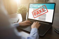 Fejka begreppet för teknologi för internet för affären för tidningen för desinformation för TV för nyheternabehandligsmassmedia royaltyfria foton