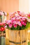 Fejka blommor i korg Fotografering för Bildbyråer