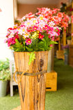 Fejka blommor i korg Arkivfoton