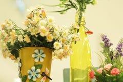 Fejka blommor i vaser royaltyfri fotografi