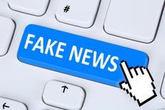 Fejka compute för begreppet för knappen för internet för massmedia för nyheternasanningslögnen online- Arkivfoto