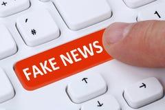 Fejka datoren för fingret för knappen för internet för massmedia för nyheternasanningslögnen den online- Royaltyfri Bild