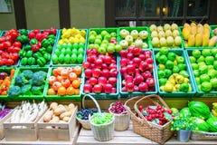 Fejka grönsaker och frukter på hyllor Royaltyfria Foton