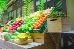 Fejka grönsaker och frukter på hyllor Arkivfoto