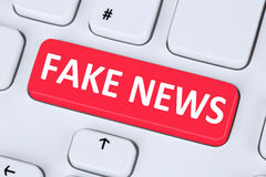 Fejka keyboaen för datoren för knappen för internet för massmedia för nyheternasanningslögnen den online- Arkivbild