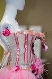 Fejka modellen med med den rosa märkes- klänningen Royaltyfria Bilder