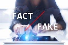 Fejka nyheterna i massmedia Behandligsteknologi Affärs- och internetbegrepp på den faktiska skärmen royaltyfri fotografi