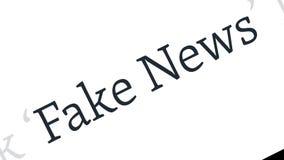Fejka nyheternabegreppet Fejka nyheterna i innehållet och titlarna av olika nyhetsmediaplatser stock illustrationer