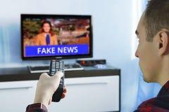 Fejka nyheternapropaganda LURAR den politiska TVinternetsamkvämmen Royaltyfria Bilder