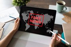 Fejka nyheternatecknet på skärmen Propaganda och desinformation Massmedia och internetbegrepp royaltyfri fotografi