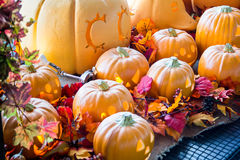 Fejka orange läskig halloween pumpa Arkivbild
