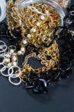 Fejka smycken och kedjor Royaltyfri Bild