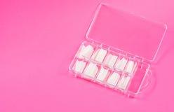 Fejka spikar i fall att på rosa färger Fotografering för Bildbyråer