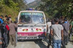 Fel av bussen på en nepalesisk gropig väg Arkivfoto