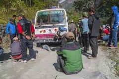 Fel av bussen på en nepalesisk gropig väg Royaltyfri Bild