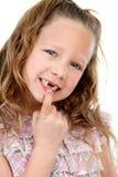 felande stående för tät flicka som visar upp tänder Royaltyfri Fotografi
