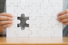 felande styckpussel för jigsaw Lyckad affärsidé för sökande Arkivfoton