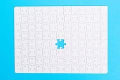 felande styckpussel för jigsaw Slut upp av det sista pusslet Arkivbilder