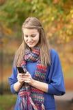 felanmälansflicka som gör den mobila telefonen tonårs- Arkivfoton